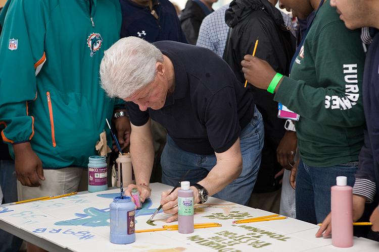 Bill Clinton creates Carrfour mural